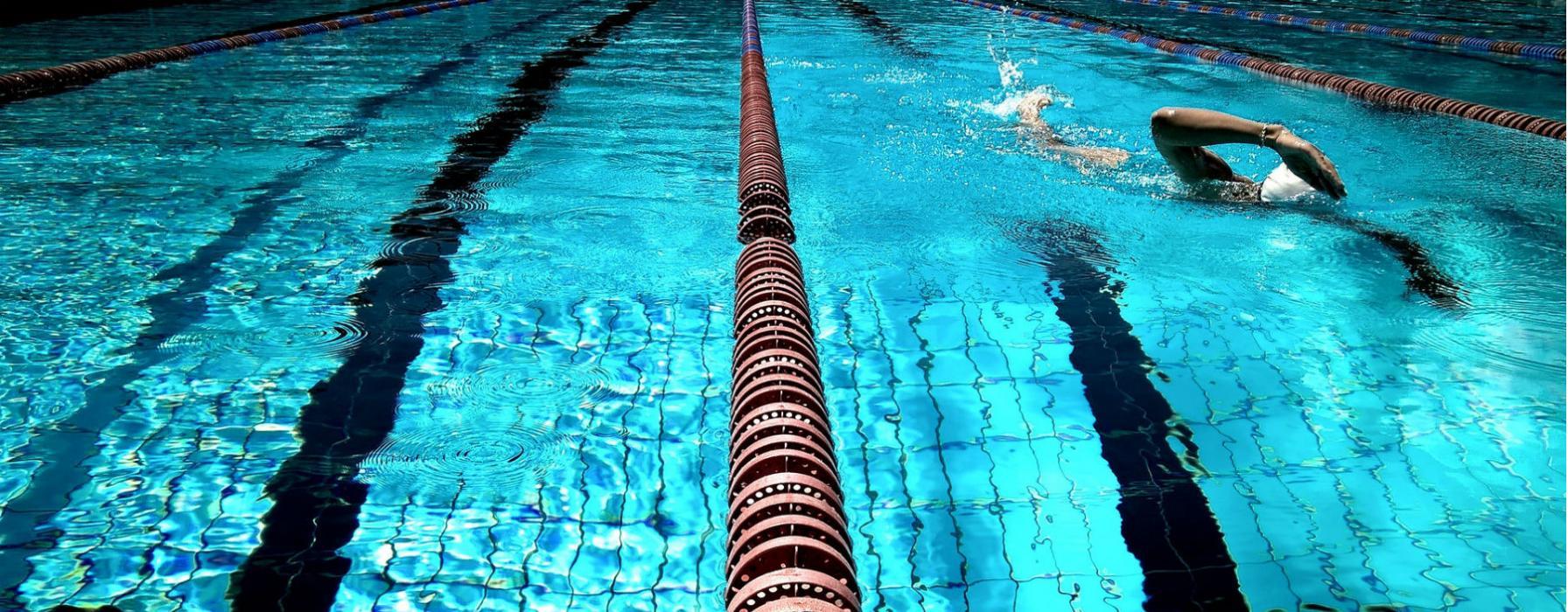 Nuotatore in piscina