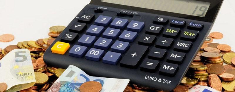 Calcolatrice sopra banconote e monete