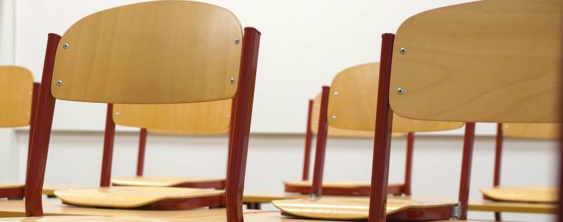 Sedie all'interno di un'aula scolastica