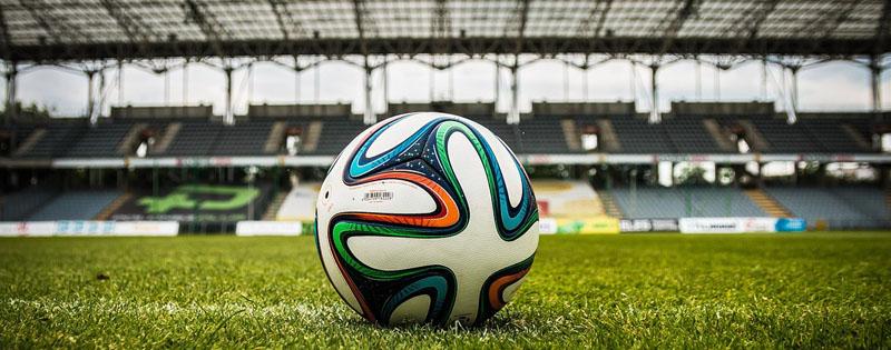 Pallone da calcio in mezzo allo stadio sull'erba