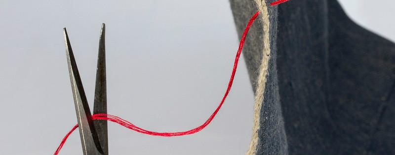 Forbice che recide un filo