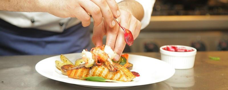 Cuoco professionista prepara un piatto