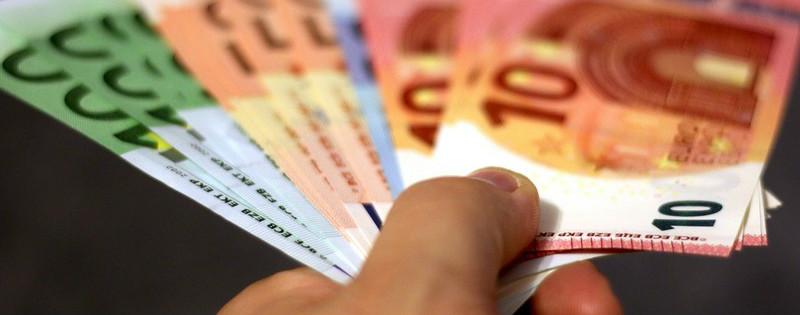 Una mano tiene alcune banconote