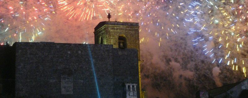 Monumento con sfondo di fuochi d'artificio