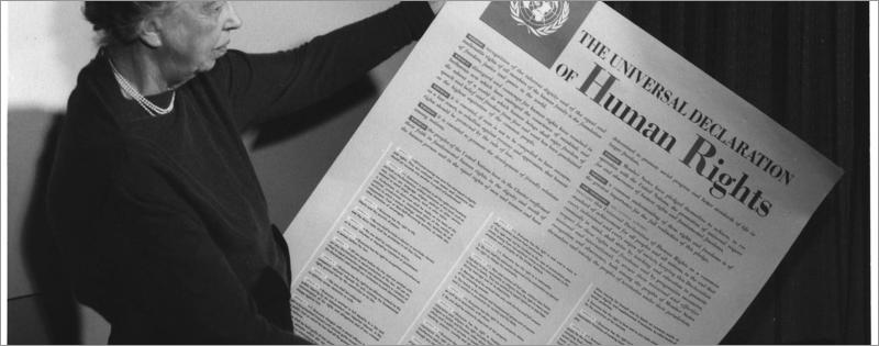 Persona che mostra un manifesto sui diritti umani