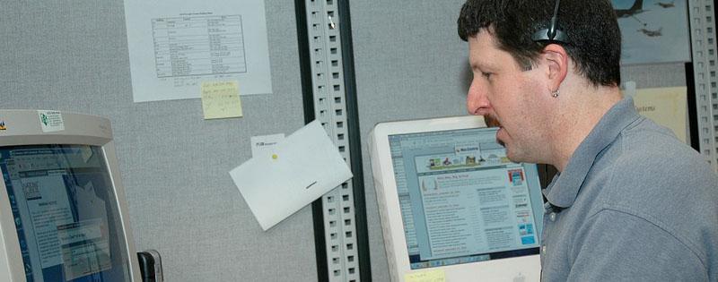 Operatore che lavora al computer