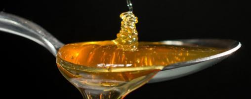 cucchiaio con sciroppo/miele