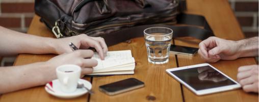 Persone che parlano e scrivono al telefono