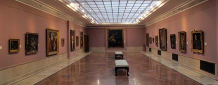 Galleria d'arte con quadri esposti