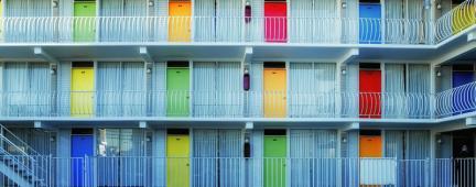 Facciata di appartamenti con porte colorate