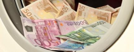 Banconote all'interno di una lavatrice