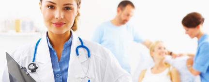 Dottoressa e, nello sfondo, un'infermiera e un paziente