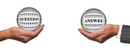 """Una mano che sorregge una sfera con la scritta """"Question"""" e un'altra mano che sorregge una sfera con la scritta """"Answer"""""""