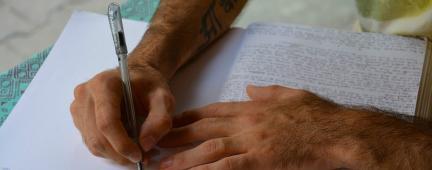 Mani che scrivono appunti