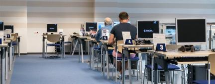 Persone al computer in un'aula