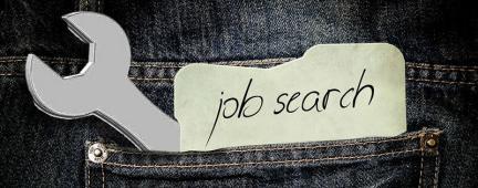 """Tasca di jeans con chiave inglese e biglietto con scritto """"job search"""""""