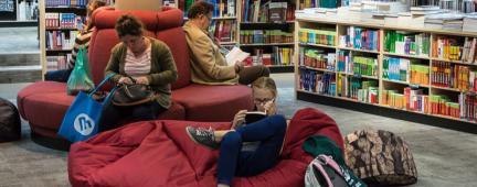 Persone che leggono in una sala lettura