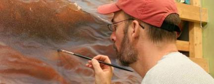 Persona che dipinge su tela