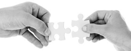Mani che uniscono due pezzi di puzzle
