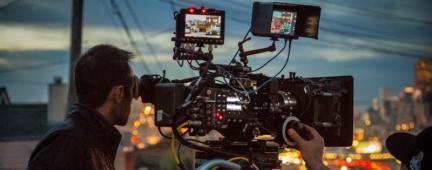 Ragazzo che filma una città di sera