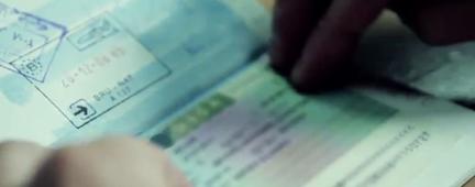 Dettaglio delle mani di una persona con un documento