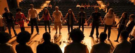 Ragazze e ragazzi sul palcoscenico di un teatro