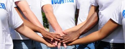 Mani di ragazzi volontari che si riuniscono